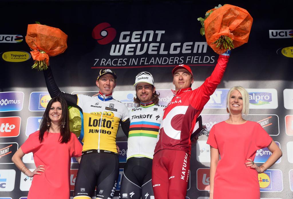 Viacheslav Kuznetsov neben Sep Vanmarcke und Sieger Peter Sagan auf dem Podium von Gent-Wevelgem