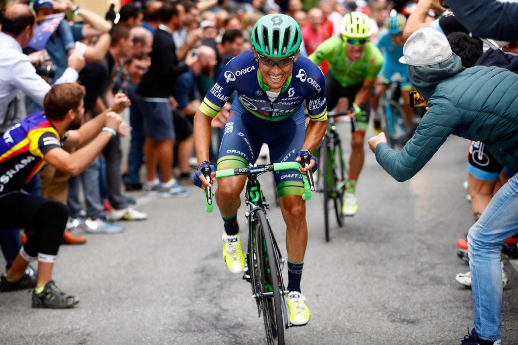 Esteban Chaves zieht am letzten Anstieg das Tempo an, nur Rigoberto Uran kann sofort folgen (Foto: Roth&Roth)